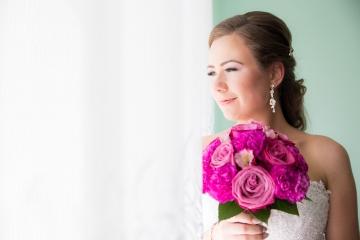 Piękna Panna Młoda z Pięknym bukietem kwiatów.